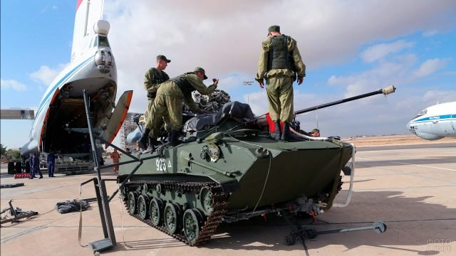 Десантники выгружают БМД из самолёта в ходе учений