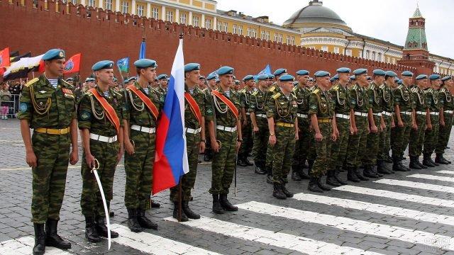 Колонна десантников у стен Кремля