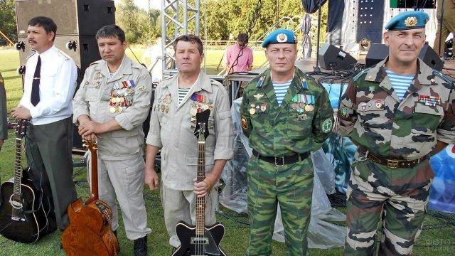 Музыкальный ансамбль ветеранов-десантников у городской сцены в Самарской области