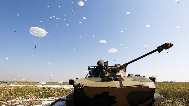 Парашютисты над БМД в поле в ходе учений десантников под Новороссийском