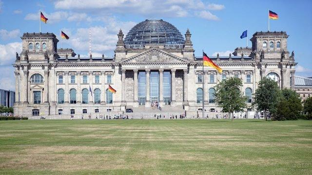 Флаги Германии и Евросоюза на западном фасаде Рейхстага