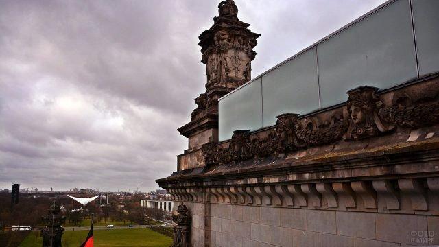 Лепнина на западном фасаде Рейхстага