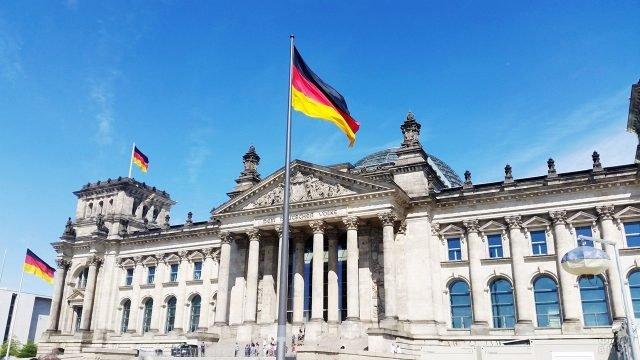 Немецкие флаги на фоне западного фасада Рейхстага