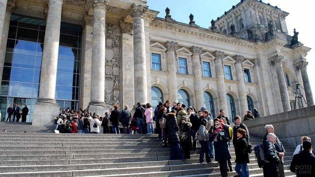 Очередь туристов на ступенях Рейхстага