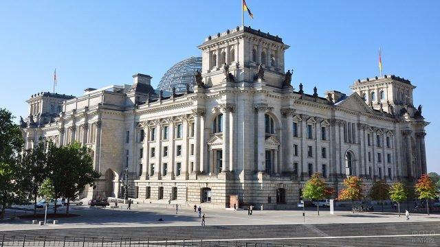 Панорама здания Рейхстага с одноимённой набережной