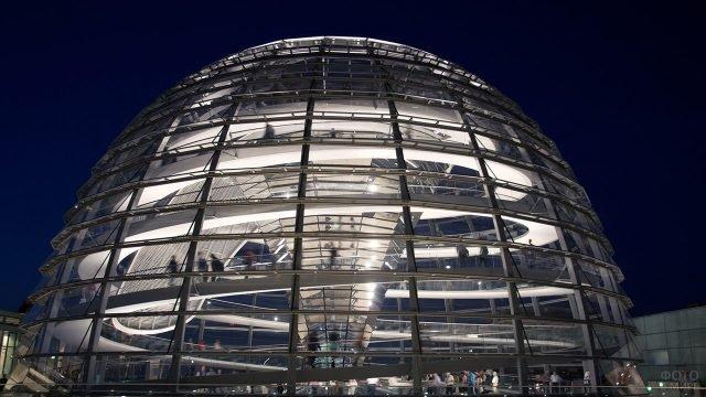 Светящийся на фоне тёмного неба Фостеровский купол на Рейхстаге
