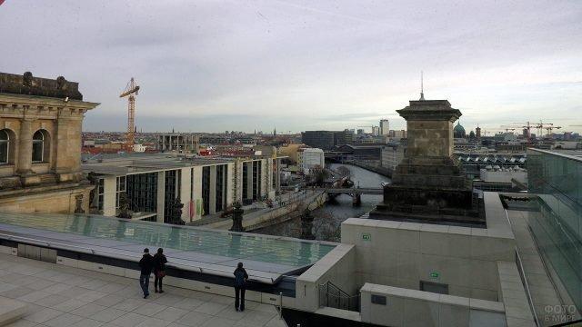 Туристы на обзорной террасе Рейхстага