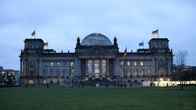 Вечерние огни здания Рейхстага