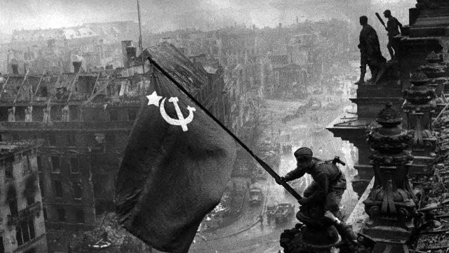 Знаменитое архивное фото водружения знамени Победы на здание Рейхстага в мае 1945