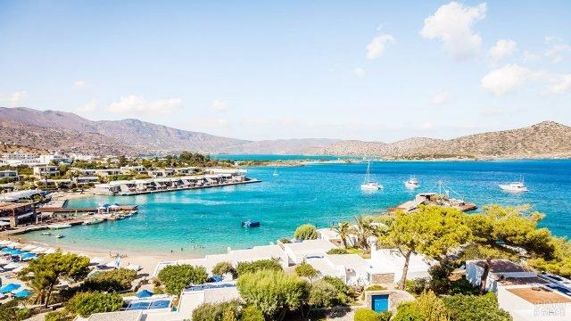 Яхты в бухте острова Крит в курортном местечке Элунда