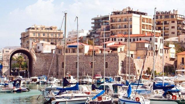 Яхты в порту города Ираклион на острове Крит