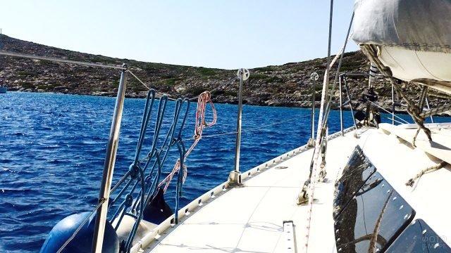 Каменистый берег острова Крит с палубы яхты
