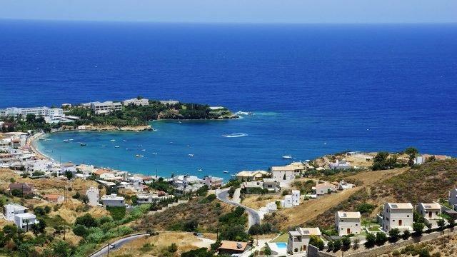 Курортныый городок на побережье острова Крит