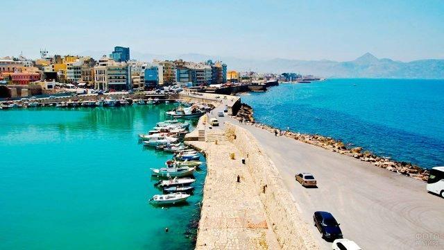 Оживлённый Ираклион на побережье острова Крит