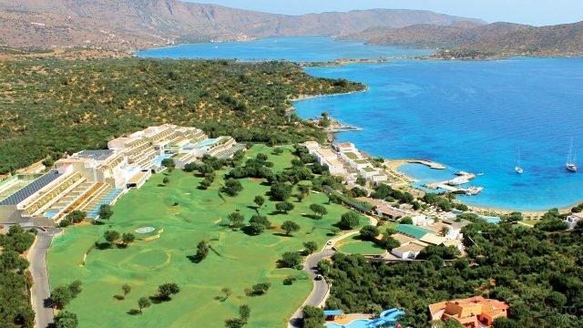 Поля для гольфа при роскошном отеле на побережье острова Крит