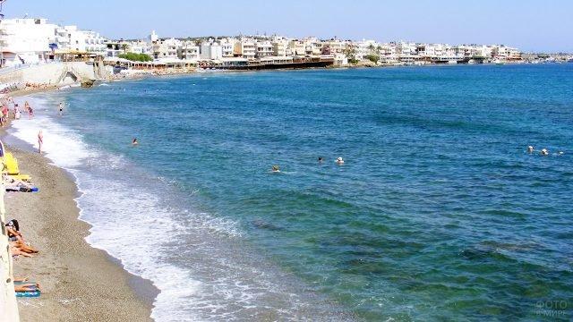 Прибрежные отели на панораме пляжа острова Крит