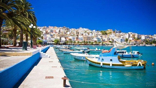Прогулочные лодки у набережной курорта на острове Крит