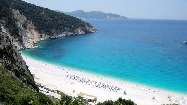 Просторный песчаный пляж близ посёлка Миртос на острове Крит