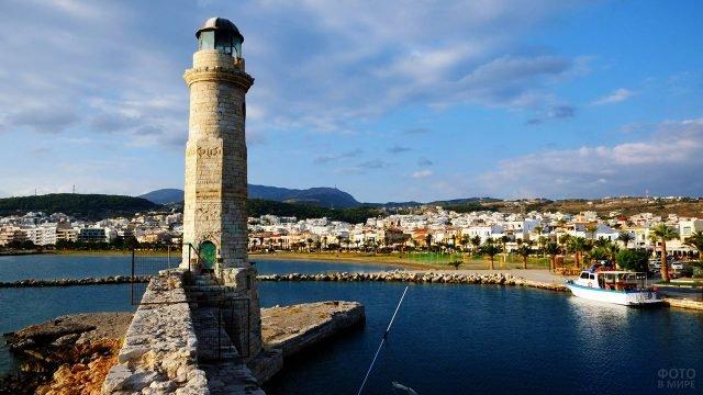 Старый маяк на набережной курорта Ретимно