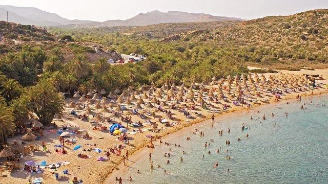 Тропические зонтики пляжа Ваи на острове Крит