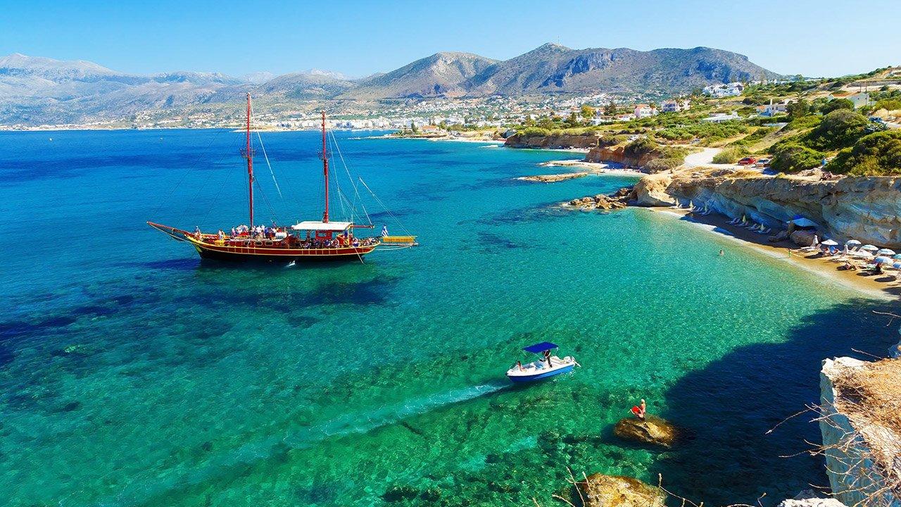 Туристический кораблик и катер у побережья острова Крит