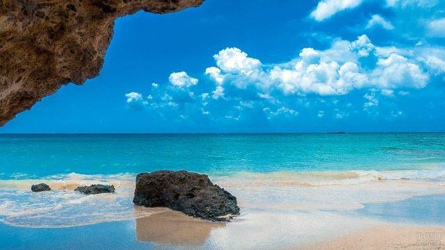 Уединённый песчаный пляж на острове Крит