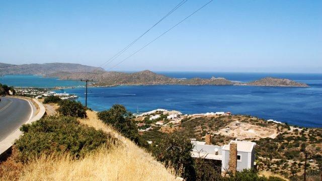 Вид на море с дороги на побережье острова Крит