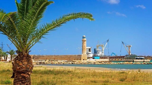 Вид на порт и маяк города Ретимно на острове Крит