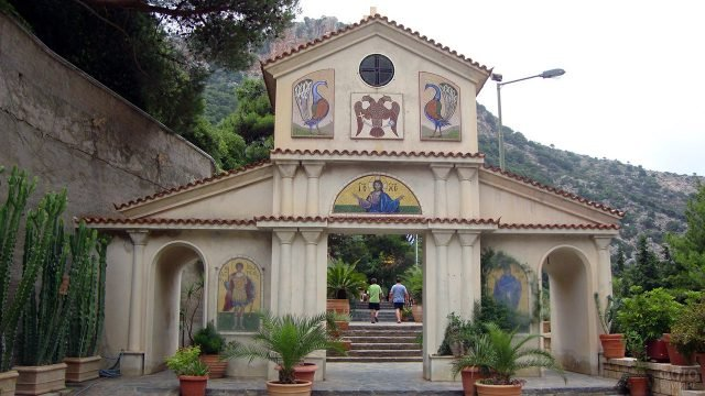 Ворота православного монастыря Георгия Победоносца на острове Крит