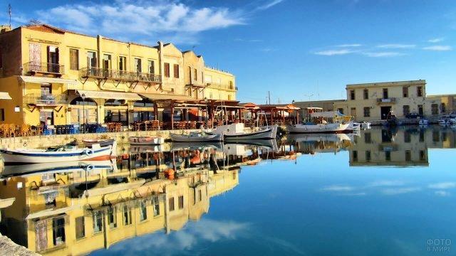 Живописная набережная в Ретимно на острове Крит