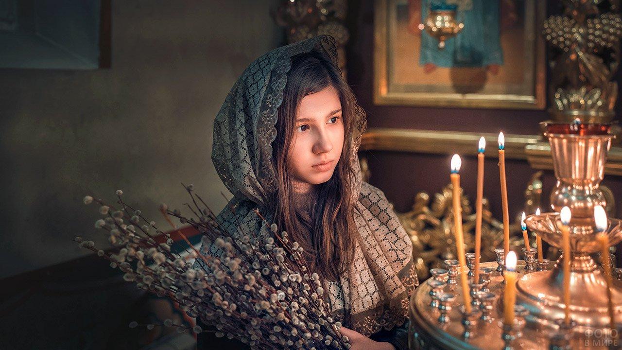 Девочка в церкви в Вербное воскресенье