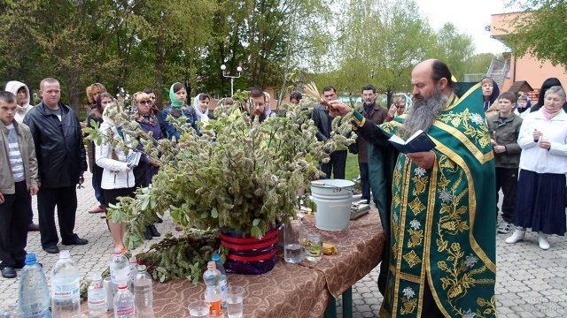 Освящение вербы в кругу прихожан во дворе мужского монастыря