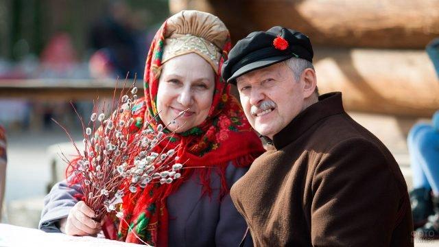 Пара в национальных костюмах в Вербное воскресенье