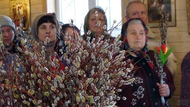 Православные в Вербное воскресенье в церкви в Калужской области