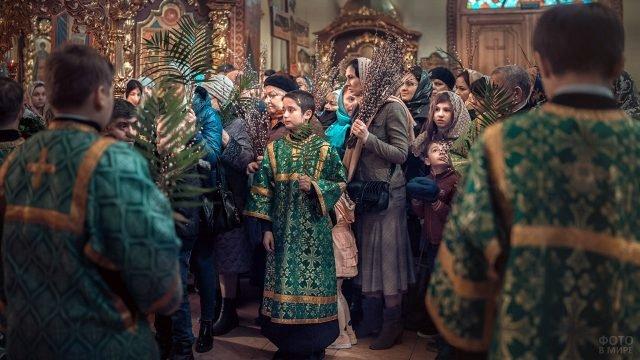Православные верующие с интересом наблюдают за службой в Вербное воскресенье