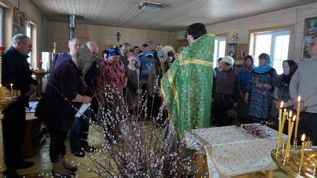 Праздничная служба в Вербное воскресенье в маленькой деревенской церкви
