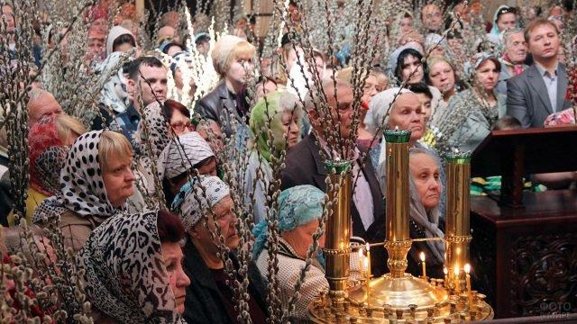 Праздничная служба в Вербное воскресенье в православном храме в Душанбе