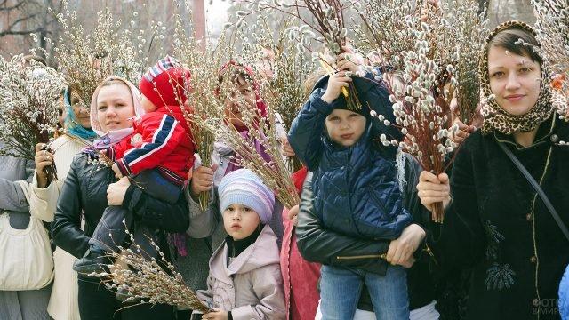 Прихожанки с детьми в Вербное воскресенье во дворе церкви