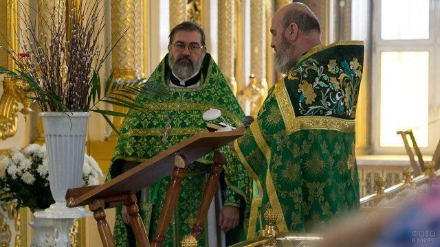 Священики в церкви в Вербное воскресенье