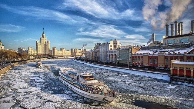 Два теплохода плывут по Москва-реке