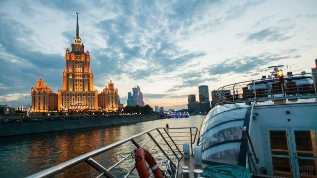 Яхта плывущая по реке с видом на гостиницу рэдиссон ройал