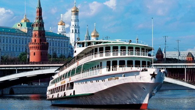 Круизный лайнер, плывущий по реке с видом на Кремль