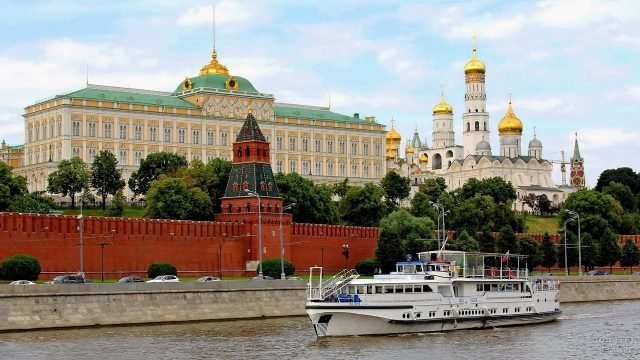 Морское судно плывёт вдоль Кремлёвской стены