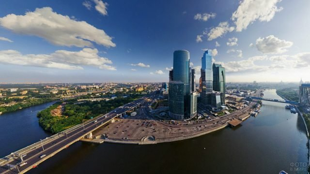 Москва-река текущая мимо Москва-сити и города