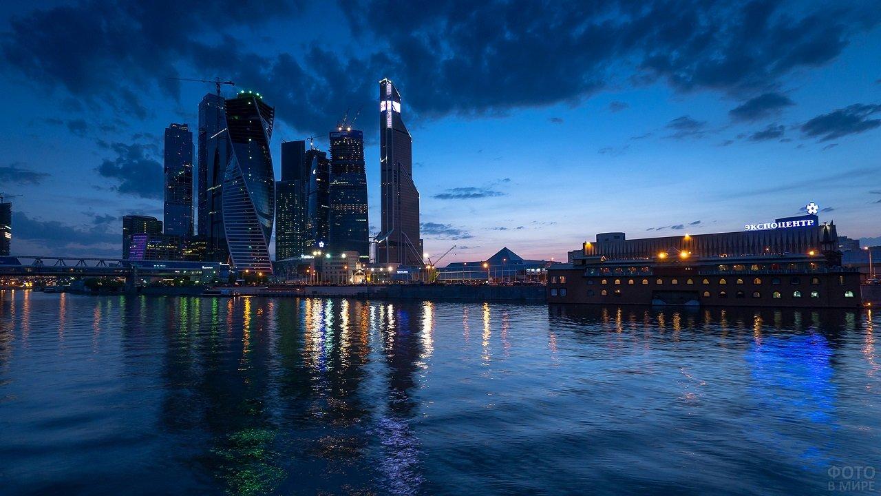 Отражение огней ночного города в Москве-реке