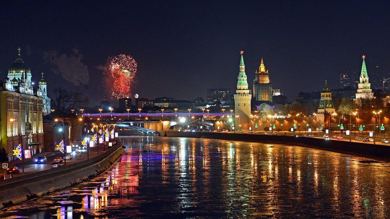 Панорамный вид на ночной город и салют над Кремлём