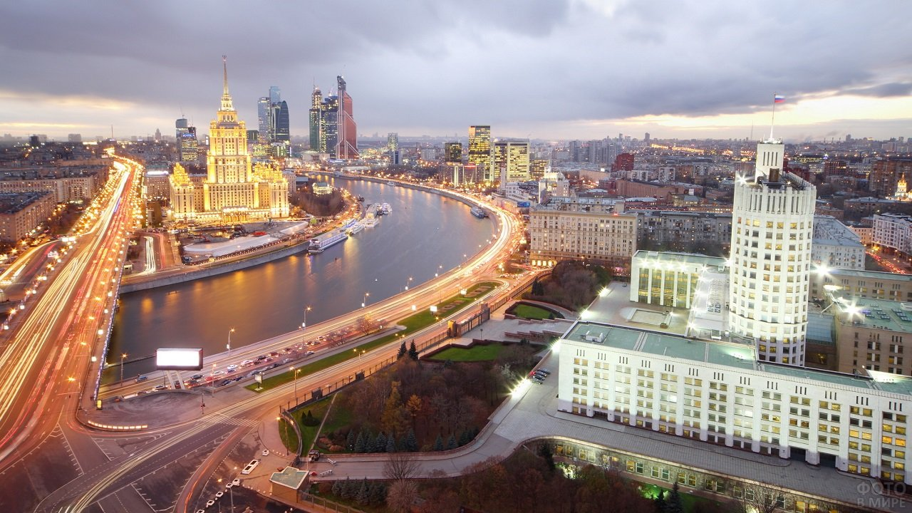 Прекрасный вид сверху на вечернюю Москву и реку