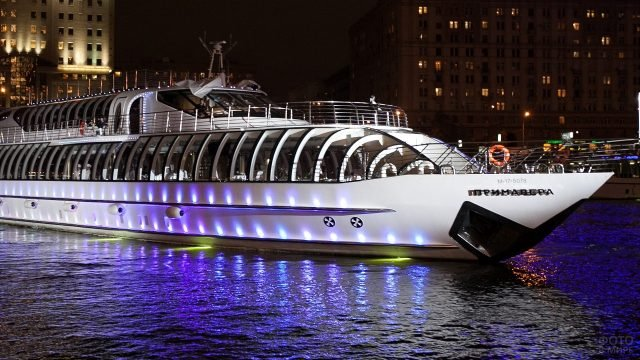 Роскошное судно с подсветкой плывёт по течению реки