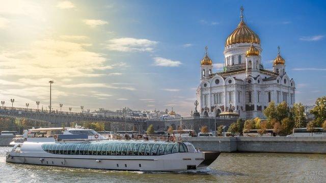 Судно на Москве-реке вблизи храма Христа Спасителя