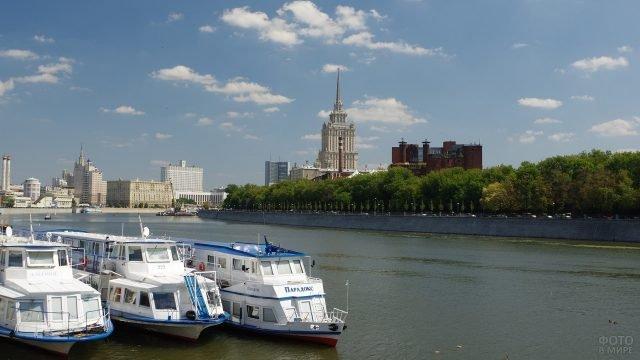 Три корабля стоят у берега реки